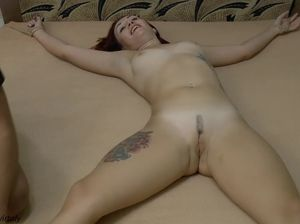 Голенькая привязанная девушка к кровати хохочет от щекотки