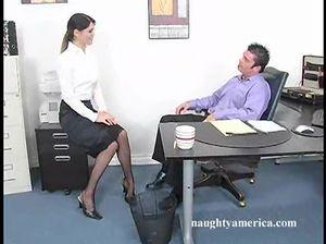 Порочный начальник легко уломал на секс секретаршу в чулках
