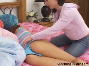 Нетрадиционная девчонка сделала лесбийский анилингус спящей девке