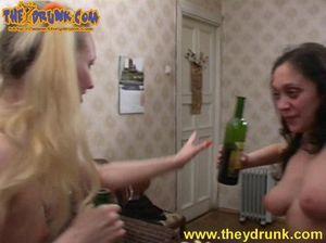 Русские пьяные лесбиянки Таня и Лада занялись сексом после пьянки