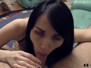 Верная украинка с шикарной задницей обожает домашний секс