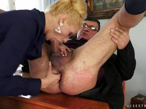 Белокурая секретарша сосет член и сует палец в жопу босса