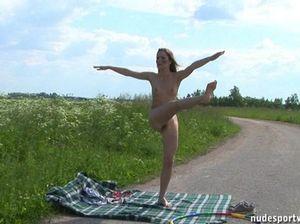 Гибкая русская девушка разгуливает голой на улице посреди трассы