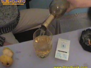 Курящие пьяные лесбиянки играют в карты на раздевание