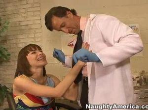 Медосмотр у стоматолога закончился для секретарши жестким трахом