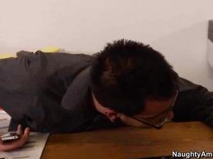 Очкарик трахает в офисе секретаршу с натуральными сиськами