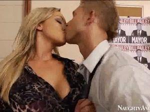 Гламурный молодой босс трахнул секретаршу с красивой грудью