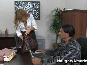 Накачанный босс трахает большим членом кокетливую секретаршу