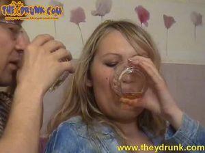Очкарик трахнул пока была в отключке пьяную русскую телку
