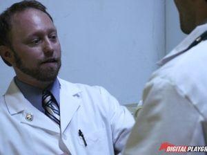Доктора устроили групповуху с медсестрами на День медика