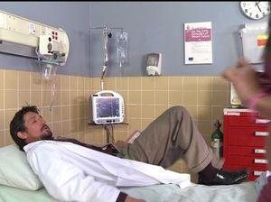 Небритый зрелый врач выебал пациентку на больничной койке
