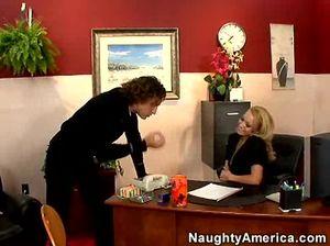 Кудрявый начальник резво трахнул секретаршу в жопу на работе