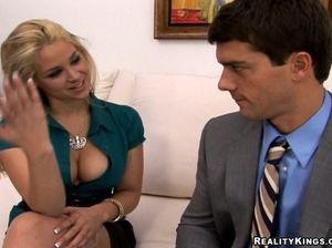 Игривая девушка с красивыми сиськами трахается с начальником