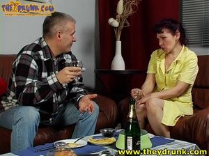 Старый русский кобель напоил и трахнул женщину в возрасте