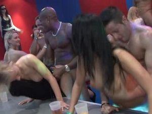 Девчонки отрываются по полной на пьяной секс вечеринке