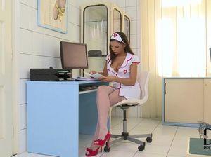 Доктор негр трахает в попу белую медсестру в чулочках