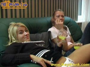 Бухие блондинки лесбиянки раздели друг друга догола