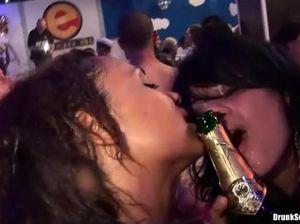 Пьяные моряки и шлюхи ебутся на тематической секс вечеринке