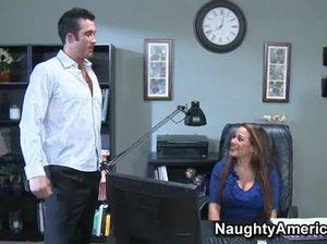 Секретарша в сексуальном нижнем белье отдалась боссу в офисе