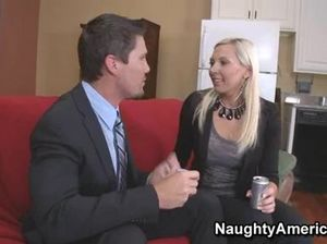 Болтливый молодой шеф трахнул секретаршу на удобном диване