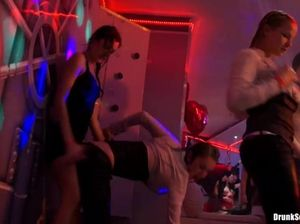 Развратный групповой секс пьяных телок на закрытой вечеринке