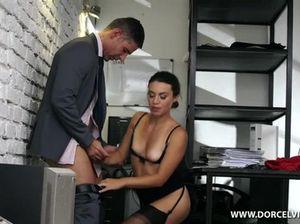 Грубое двойное проникновение для секретарши в полнометражном фильме