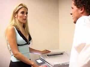 Светлая секретарша с интимным пирсингом трахается в офисе с боссом