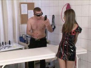 Мужик доминирует над сексуальной медсестрой в латексе