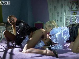 Покорные служанки лесбиянки и хозяйка занялись сексом втроем