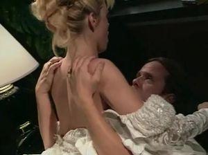 Счастливый жених дает любимой невесте пососать хуй