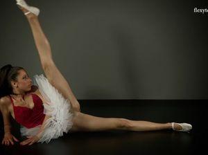 Молодая балерина с красивыми ногами танцует без трусиков