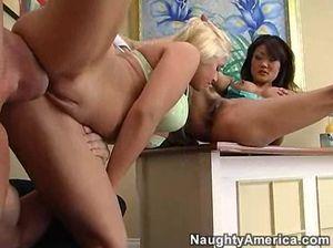 Азиатка и блондинка втроем предаются любви с начальником