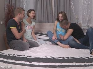 Юные русские девушки подписались на групповой секс на квартире с двумя парнями