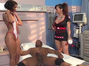 Две девушки по вызову резвятся с черным пациентом в больничной палате