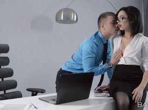 Молоденький босс не сдержался и выебал на работе секретаршу