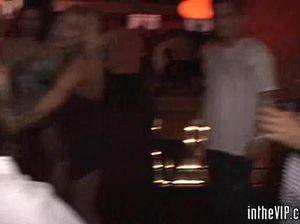 Мужики трахают в презервативах пьяных шлюшек из ночного клуба