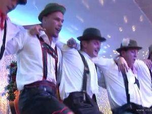 Распутные телки устроили групповой секс на Октоберфест в клубе