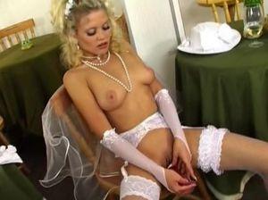 Кудрявая русская невеста дрочит пилотку фаллоимитатором