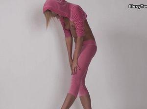 Плоская русская гимнастка Зина устроила эротическое представление