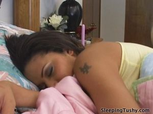 Извращенная молодая лесбиянка лижет попку спящей подружки