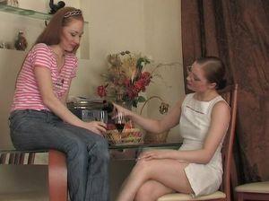 Зрелая русская лесбиянка напоила девушку и трахнула ее на кухне