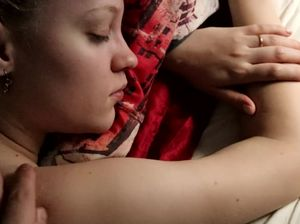 Паренек разбудил сексом спящую блондинку с натуральными сиськами
