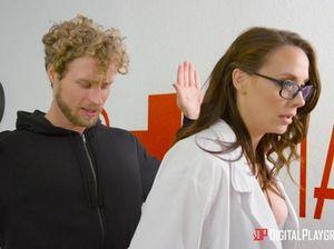 Кудрявый пациент трахнул медсестру с большими сиськами в палате