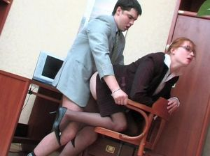 Рыжая русская секретарша трахается с коллегой на рабочем месте