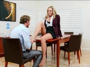 Сисястая секретарша в возрасте шпилится с боссом на работе
