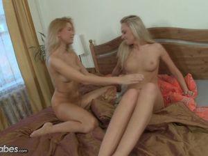 Светленькие русские лесбиянки ласкают друг друга на кровати