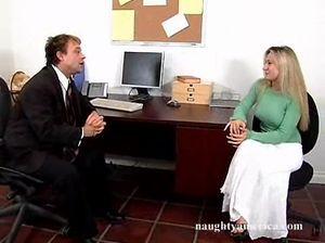 Настойчивый начальник занялся сексом в офисе с секретаршей