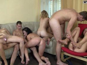 Безобидная игра Твистер закончилась студенческим групповым сексом