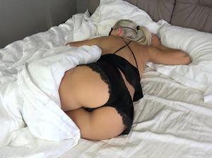 Неугомонный тип трахнул спящую девушку с большой задницей