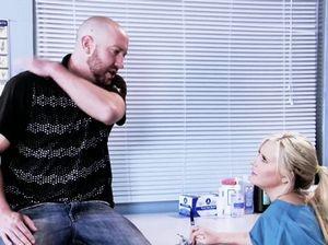 Молодая медсестра трахнула пациента после медосмотра